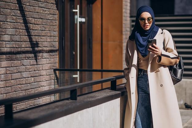 Moderne muslimische frau am telefon