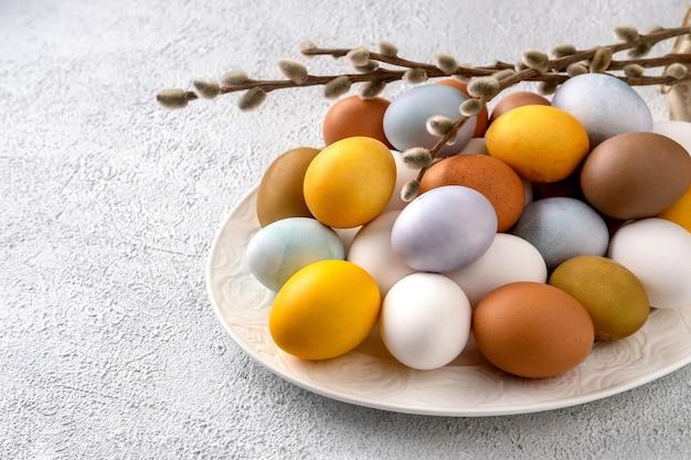 Moderne natürlich gefärbte ostereier. osterkomposition auf grauem betonhintergrund.