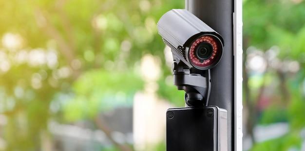 Moderne öffentliche cctv-kamera auf einem strommast