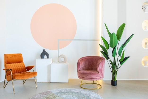 Moderne offene raumausstattung im futuristischen stil in pastellfarben mit grafischer wanddekoration. sehr hohe decken und ein riesiges fenster. weiche stylische möbel mit goldmetallischen elementen