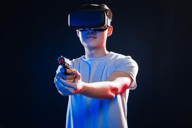 Moderne polizei. netter junger polizist, der eine pistole hält, während er eine berufsausbildung hat
