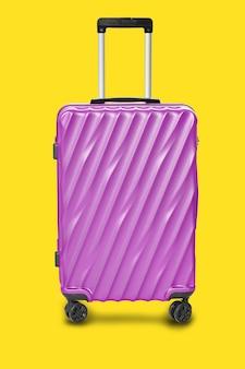 Moderne purpurrote koffertasche lokalisiert auf gelbem hintergrund