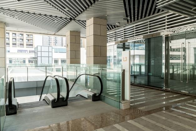 Moderne rolltreppe im einkaufszentrum