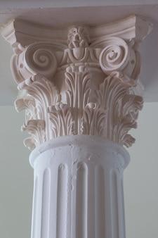 Moderne säule im römischen stil