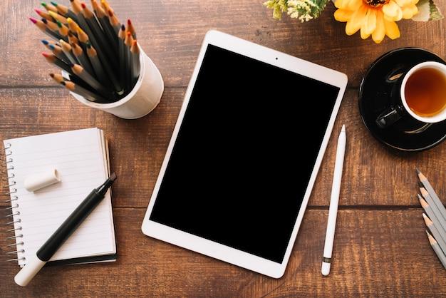 Moderne schreibtischzusammensetzung mit technologischem gerät