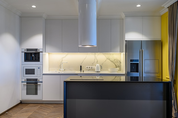 Moderne schwarz-weiß-luxusküche interieur mit minimalem design, vorderansicht