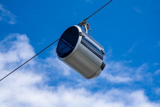 Moderne seilbahn mit einer kabine in form einer kapsel.