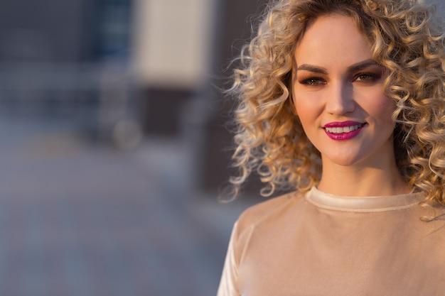 Moderne sexy junge blonde frauenstraßenporträts. exemplar