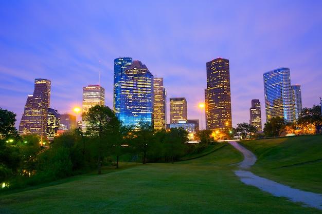 Moderne skyline houston texas an der sonnenuntergangdämmerung vom park