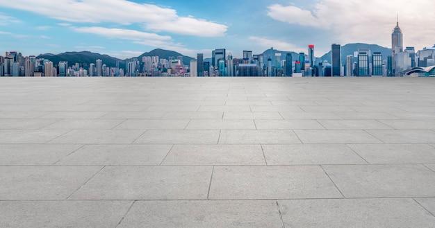 Moderne skyline und leere straße