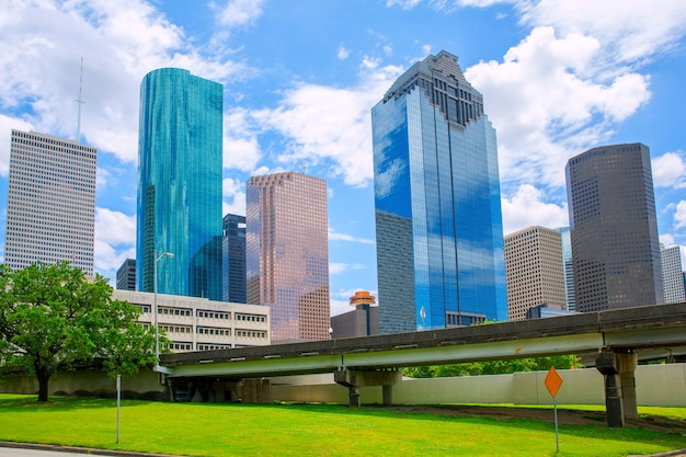 Moderne skyscapers und blauer himmel houston texas skyline