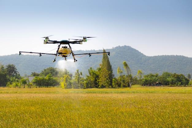 Moderne smart farm mit drohne