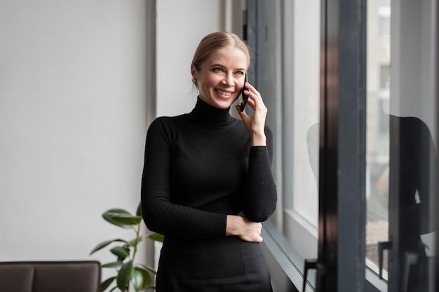 Moderne smileyfrau, die über telefon spricht