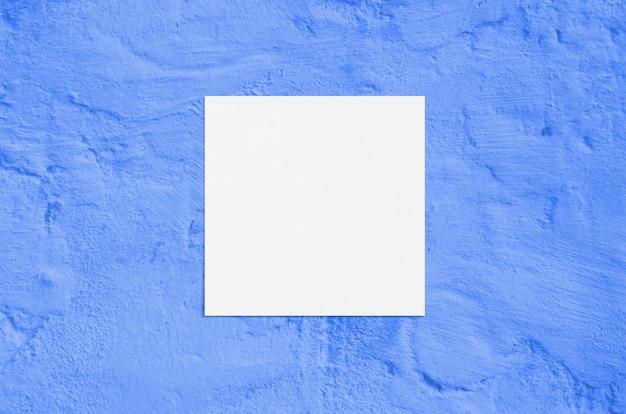Moderne sonnenlichtbriefpapier-modellszene des sommers. leere grußkarte der flachen draufsicht auf blauem hintergrund des schmutzbetons.