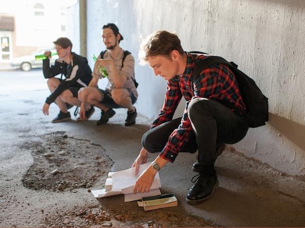 Moderne soziale probleme von teenagern. geeks gegen minderwertige studenten opposition. alkohol trinken schlechte gewohnheiten. spott- und demütigungskonzept