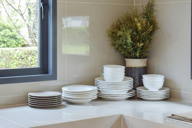 Moderne speisekammer mit gerät in der küche