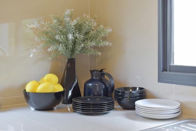 Moderne speisekammer mit schwarzweiss-gerät in der küche