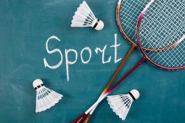 Moderne sportkomposition mit badmintonelementen