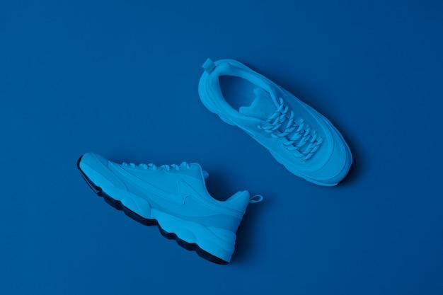 Moderne sportliche schuhe ohne markenzeichen, turnschuhe auf blau