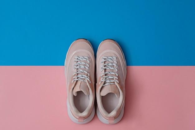 Moderne sportschuhe ohne markenzeichen, turnschuhe in pink und blau. ansicht von oben.