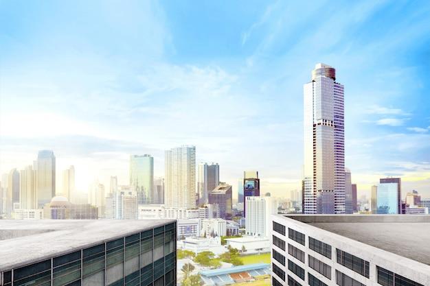 Moderne stadt mit hohen wolkenkratzern