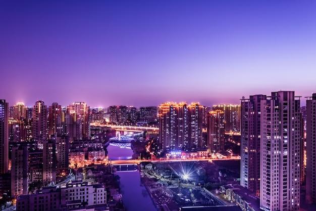Moderne stadt mit wolkenkratzern