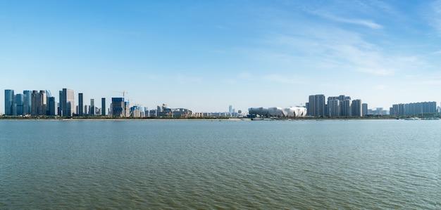 Moderne stadt-skyline in der neuen stadt qiantang-flusses, hangzhou, china