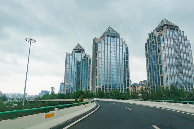 Moderne stadtstraßenüberführung und bürogebäude