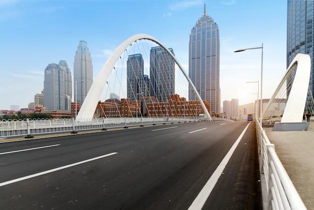Moderne städtische architektur, brücken und schnellstraßen in tianjin, china