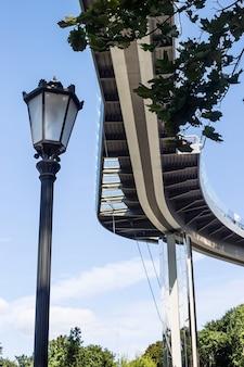 Moderne städtische architekturbrücke kurvte gegen den himmel