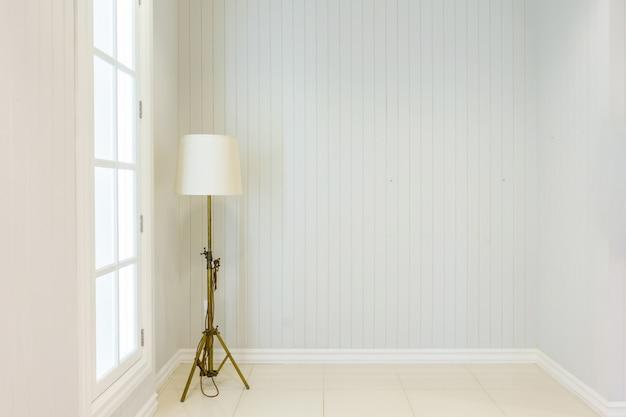 Moderne stehlampe im hochwertigen luxushaus mit weißen wänden.