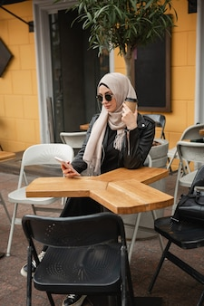 Moderne stilvolle muslimische frau im hijab