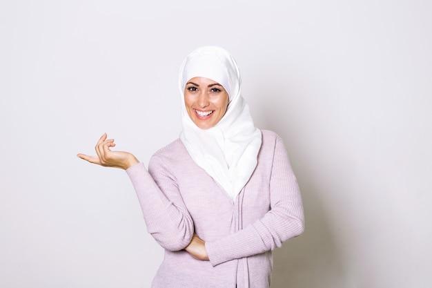 Moderne, stilvolle und glückliche muslimische frau, die ein kopftuch trägt.