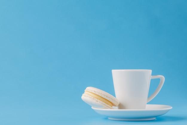 Moderne stilvolle weiße kaffeetasse oder becher auf einer platte