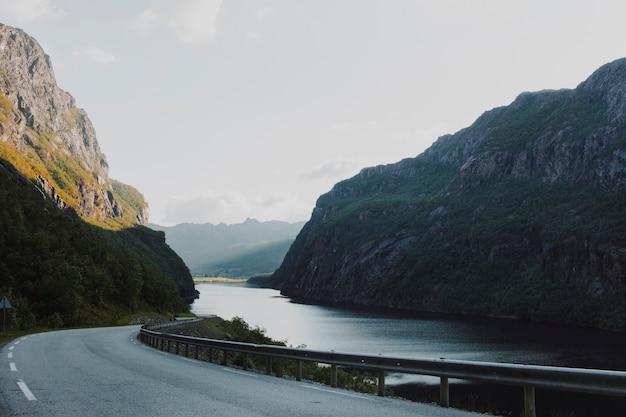 Moderne straße, umgeben von bergen