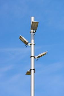 Moderne straßenlaterne mit led-lampen am blauen himmel
