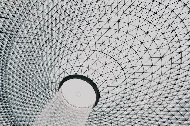 Moderne struktur in einem gebäude mit fenstern