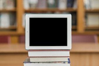 Moderne Tablet auf Bücher