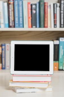 Moderne tablette und bücher in der bibliothek