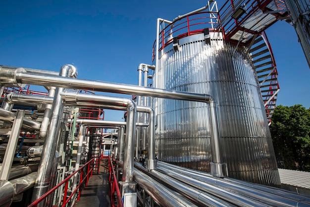Moderne tank- und pipeline-chemiefabrik mit großen glanztanks für das mischprodukt motorenöl