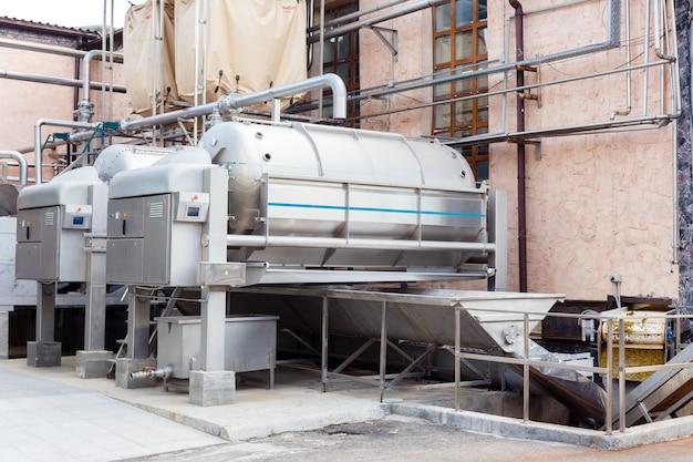 Moderne technologische industrieausrüstung der weinfabrik. große stählerne weintanks.