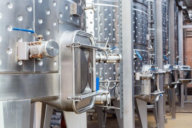 Moderne technologische industrieausrüstung der weinfabrik.