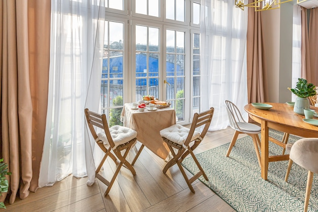 Moderne teure luxuriöse offene wohnung. reichhaltiges interieur im skandinavischen stil mit holzbalken an der decke in pastellfarben