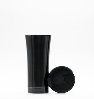 Moderne thermosflasche mit dem geöffneten deckel lokalisiert auf weißem hintergrund