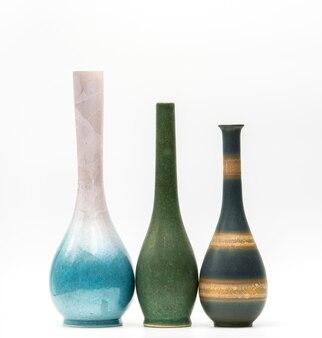 Moderne tonwarenvasen mit den schönen mustern lokalisiert auf weißem hintergrund