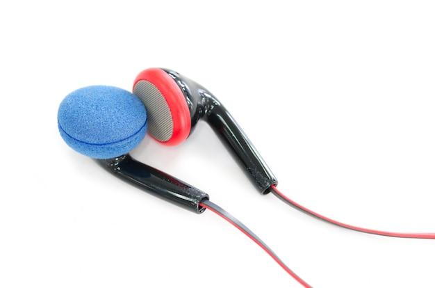 Moderne tragbare audiokopfhörer lokalisiert auf einem weißen hintergrund