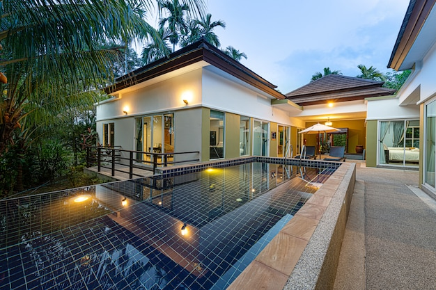 Moderne tropische außenvilla mit swimmingpool