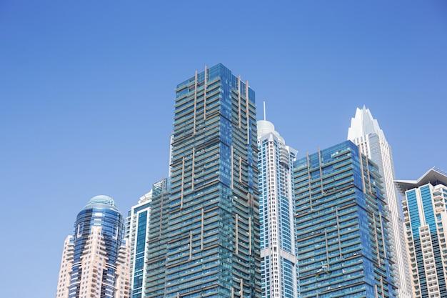 Moderne türme oder wolkenkratzer im finanzviertel zur sonnigen zeit
