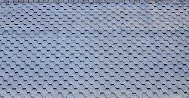 Moderne überdachung und dekoration von kaminen. flexible bitumen- oder schieferschindeln
