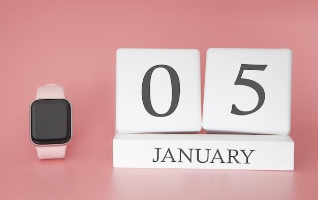 Moderne uhr mit würfelkalender und datum 05. januar auf rosa hintergrund. konzept winterzeit urlaub.